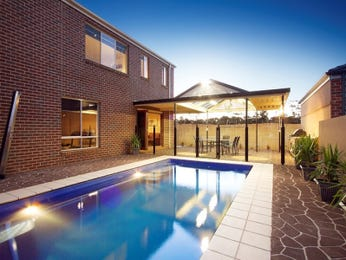 In-ground pool design using tiles with spa & ground lighting - Pool photo 751693
