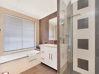 Modern bathroom design with recessed bath using frameless glass - Bathroom Photo 1566376
