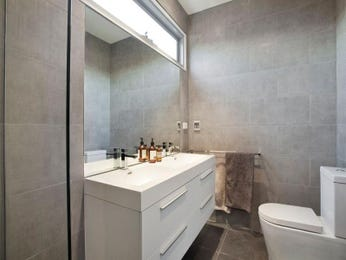Classic bathroom design with twin basins using ceramic - Bathroom Photo 1247387