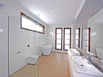 Classic bathroom design with floor-to-ceiling windows using ceramic - Bathroom Photo 1501199