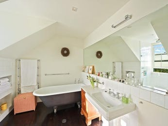 Classic bathroom design with claw foot bath using chrome - Bathroom Photo 1314903