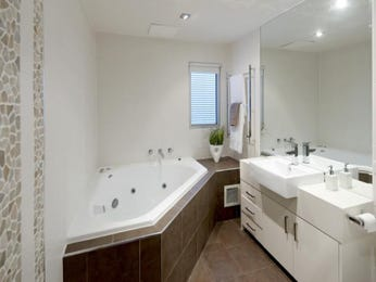 Classic bathroom design with corner bath using ceramic - Bathroom Photo 335505