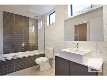Modern bathroom design with corner bath using ceramic - Bathroom Photo 1490431
