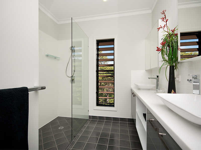 Modern bathroom design with louvre windows using frameless for Window design bathroom
