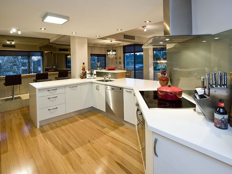 Country u-shaped kitchen design using floorboards - Kitchen Photo 509614