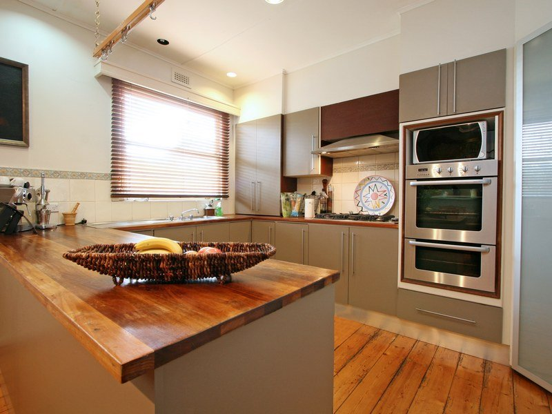 Modern u-shaped kitchen design using floorboards - Kitchen Photo