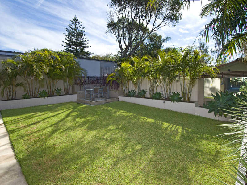 Photo of a low maintenance garden design from a real for Garden bed ideas for front of house australia