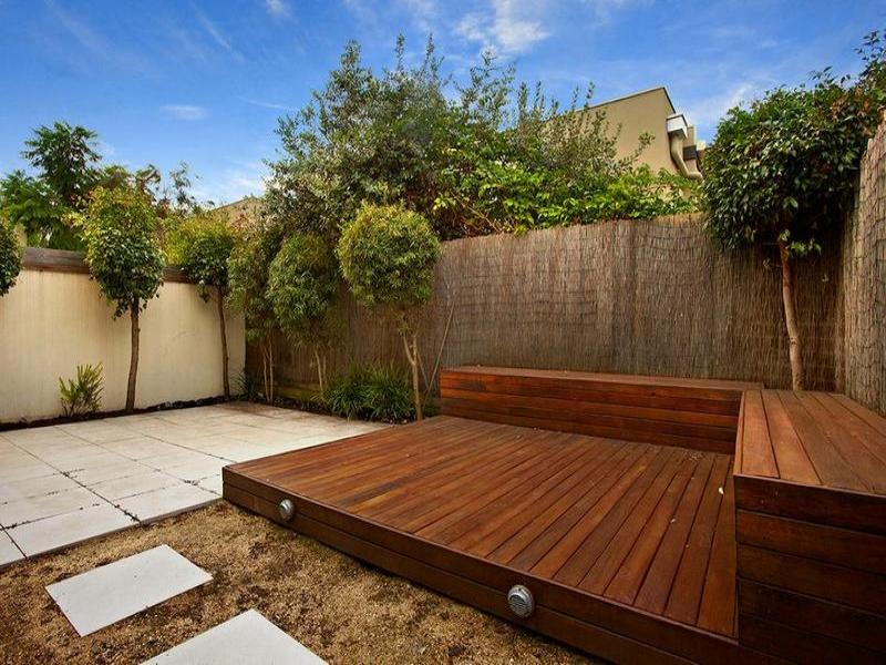 Outdoor living design with deck from a real australian for Small deck seating ideas