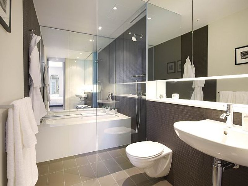 Modern bathroom design with corner bath using ceramic for Ensuite lighting ideas