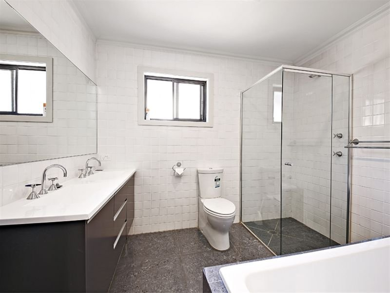 Classic bathroom design with twin basins using ceramic - Bathroom Photo 1137812