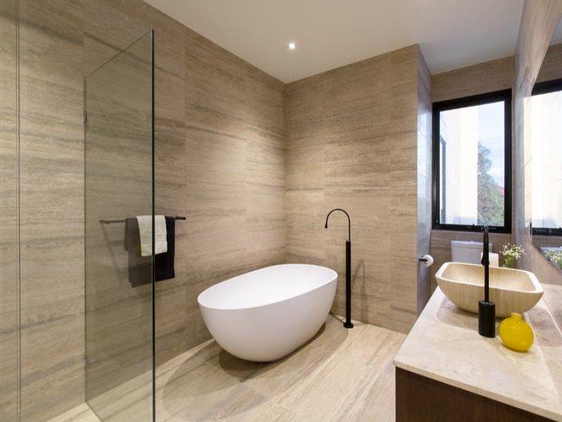 Modern bathroom design with freestanding bath using frameless glass - Bathroo...