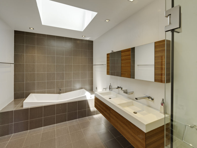 Modern bathroom design with recessed bath using ceramic for Ensuite lighting ideas