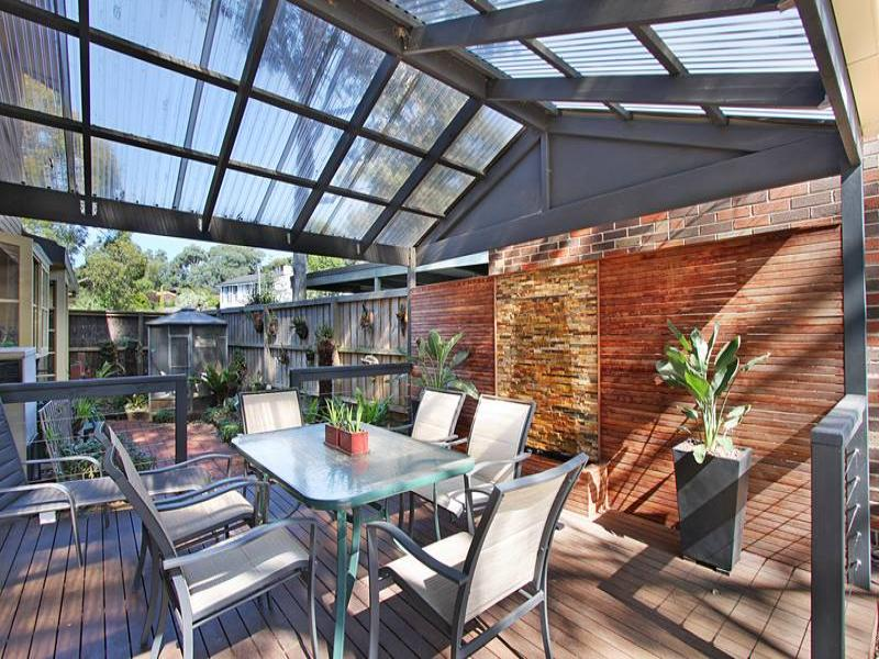 Indoor outdoor outdoor living design with bbq area for Outdoor feature wall ideas