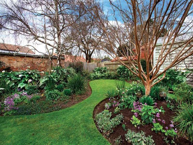 Photo of a australian native garden design from a real for Garden bed ideas for front of house australia
