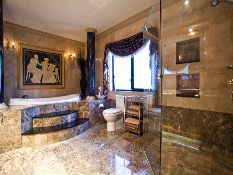 Classic Bathroom Design With Recessed Bath Using Frameless