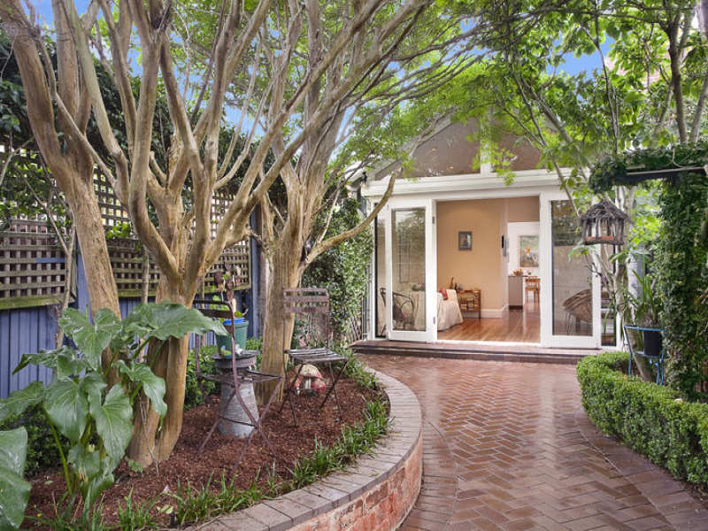 Landscaped garden design using pavers with retaining wall