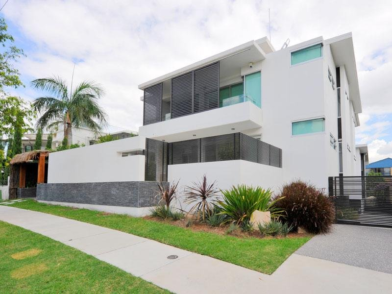 modern house exterior with balcony & landscaped garden - House Facade ...