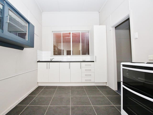 Upstairs 22 Upper Dawson Road, Allenstown, Qld 4700